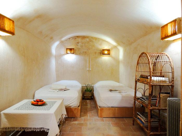 Ganj-Khaneh-room-in-Howzak-Isfahan-Hostel-2